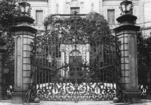 Stadtseite des Heylshofes: das Gittertor